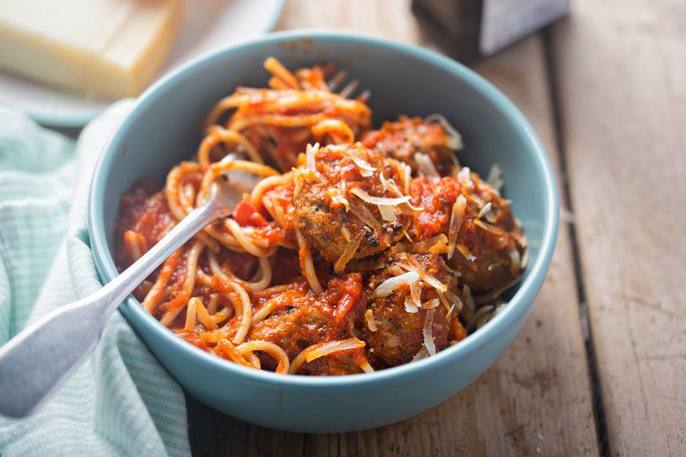 Espaguetis al horno y albóndigas