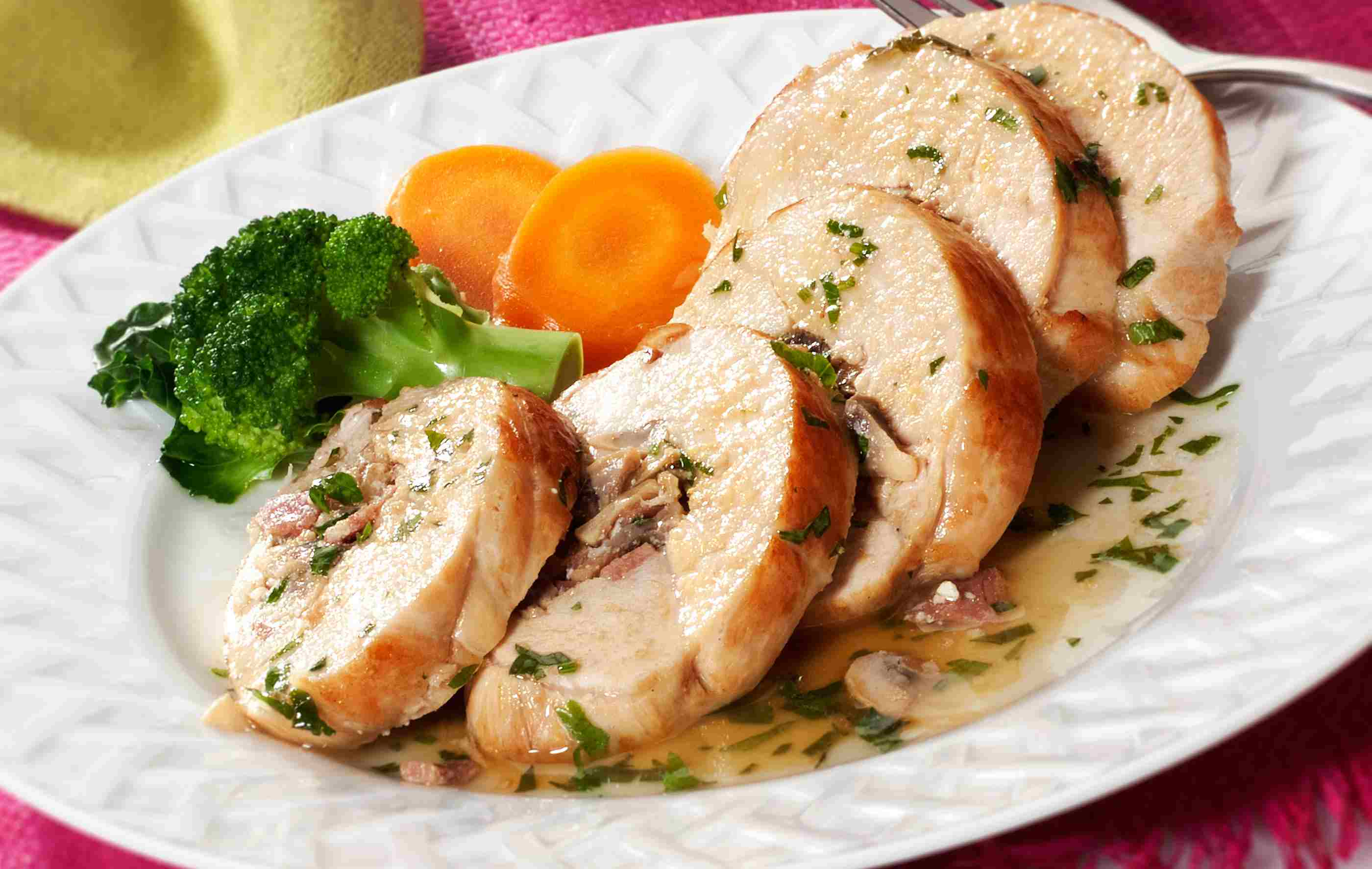 Stuffed chicken breasts with gravy