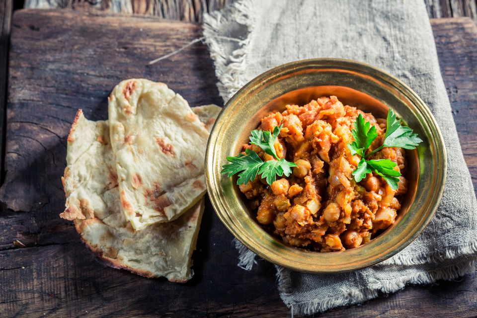 A plate of vegetarian chana masala with pitas