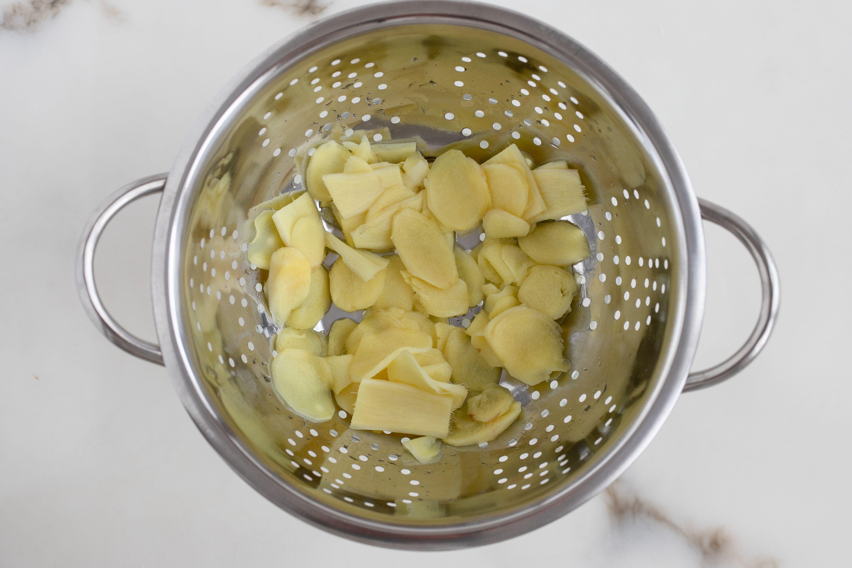 Drain slices in colander