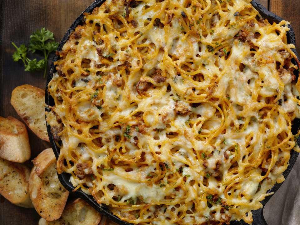 Espaguetis horneados con carne molida y queso