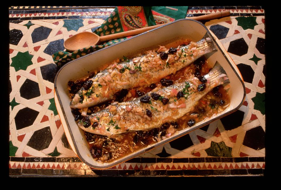 Tajine marroquí de pescado al horno con papas, zanahorias, tomates y pimientos