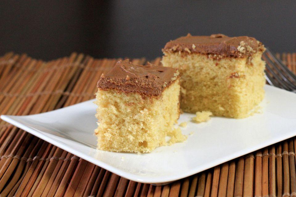 Torta de una capa con glaseado de chocolate