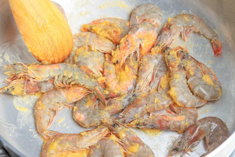 Add shrimp to roux