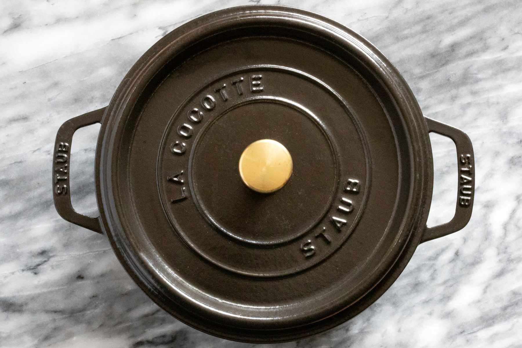 Dutch oven with metal knob