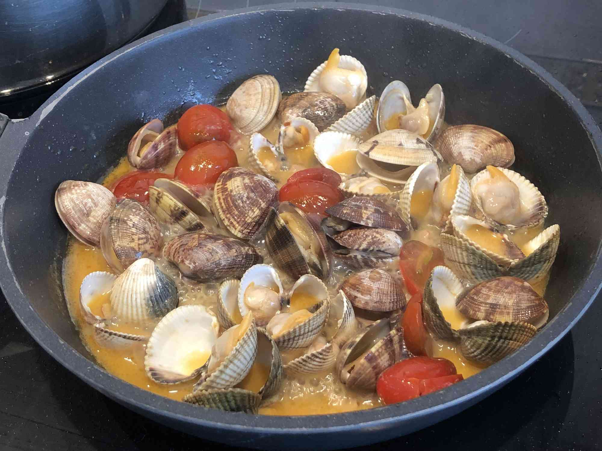 Cooked clams with broth