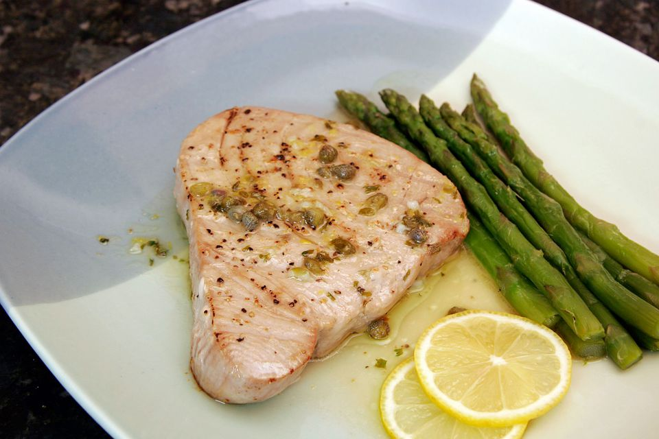 Tuna with caper sauce, lemon and asparagus