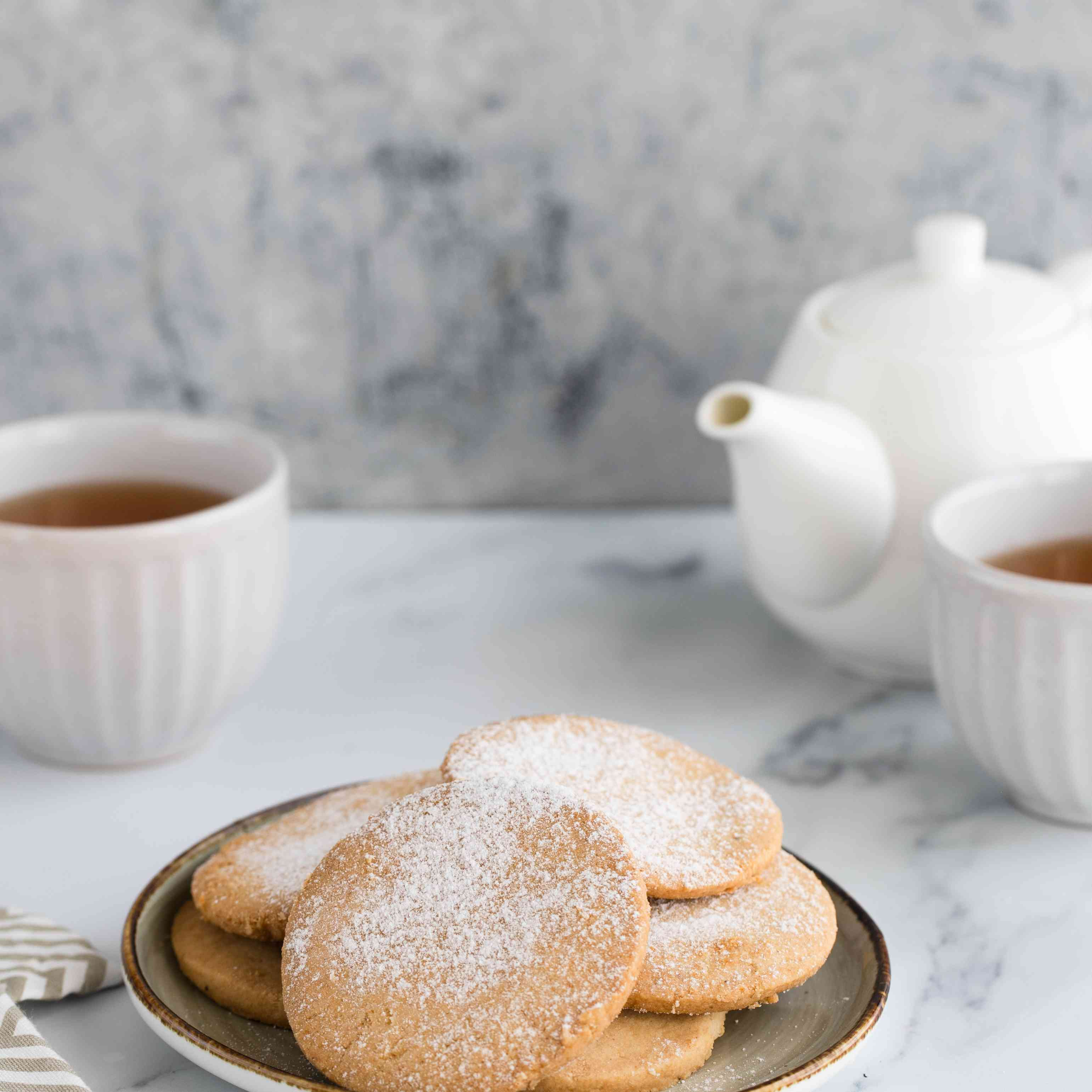 Serve crumbly almond cookies polvorones de almendra