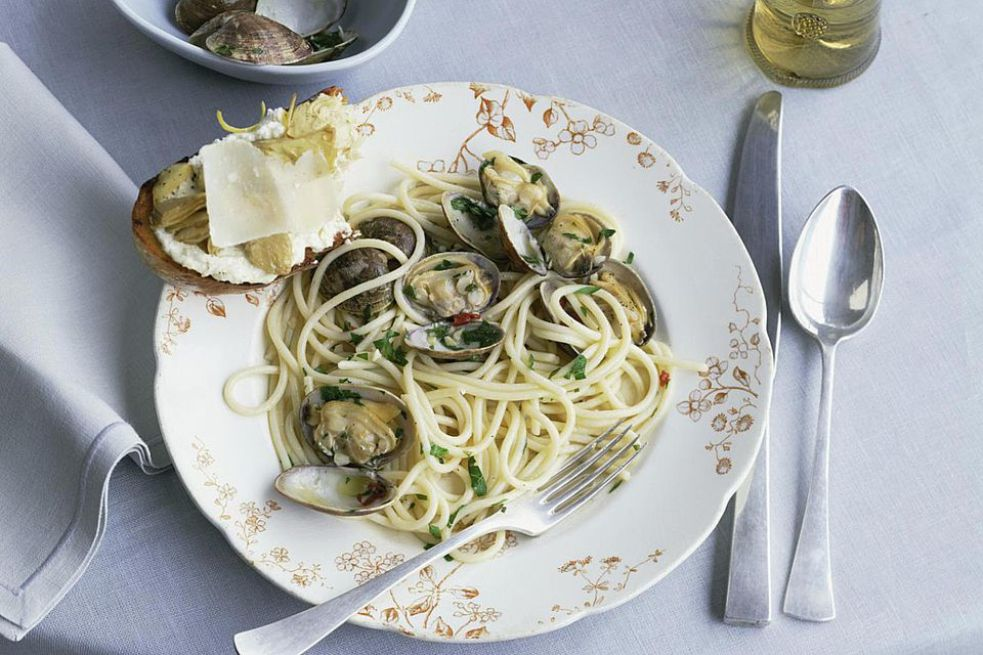 Clam Pasta With Garlic and White Wine