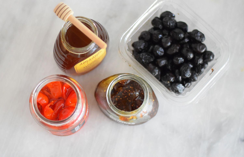 Various condiments (honey, etc.)