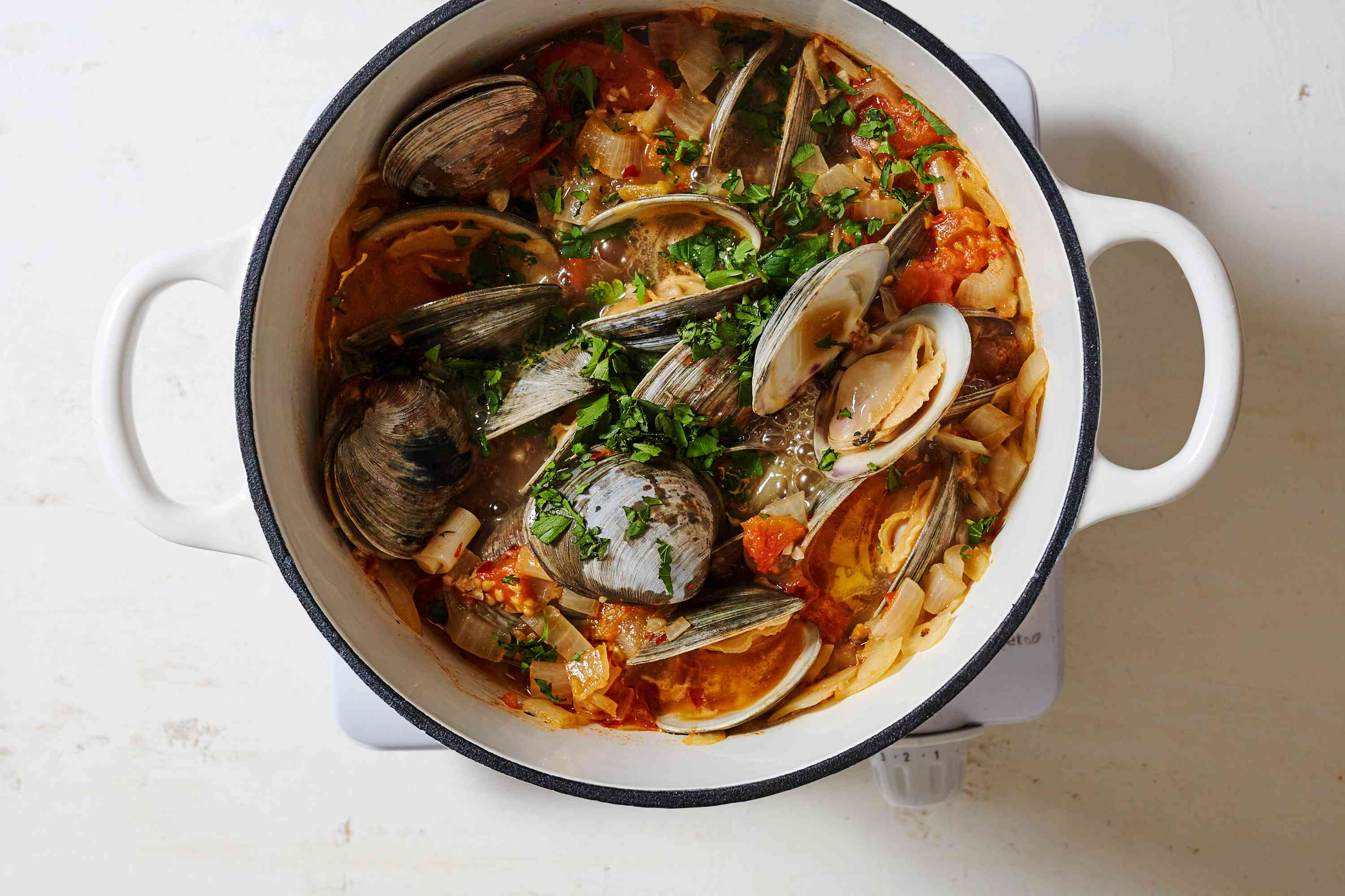 clams cooking in the pot with th esauce