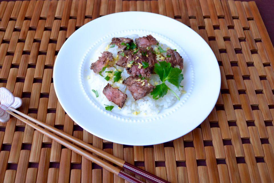 Filete y Mitsuba Herb Chirashi Sushi con salsa de soja balsámica