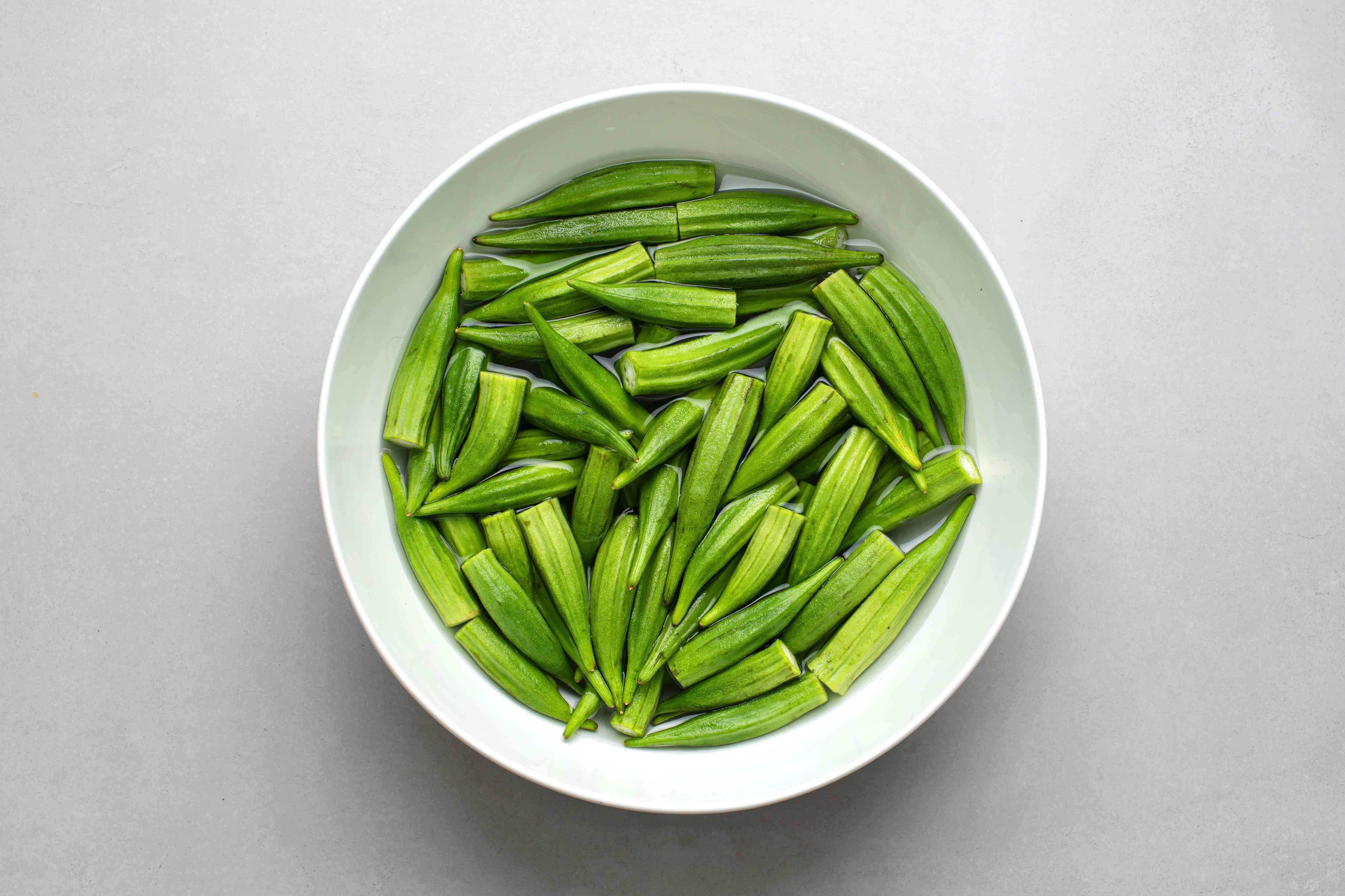 okra, water, white vinegar, and salt in a bowl