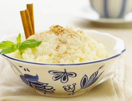 Rice pudding with cinnamon sticks and mint