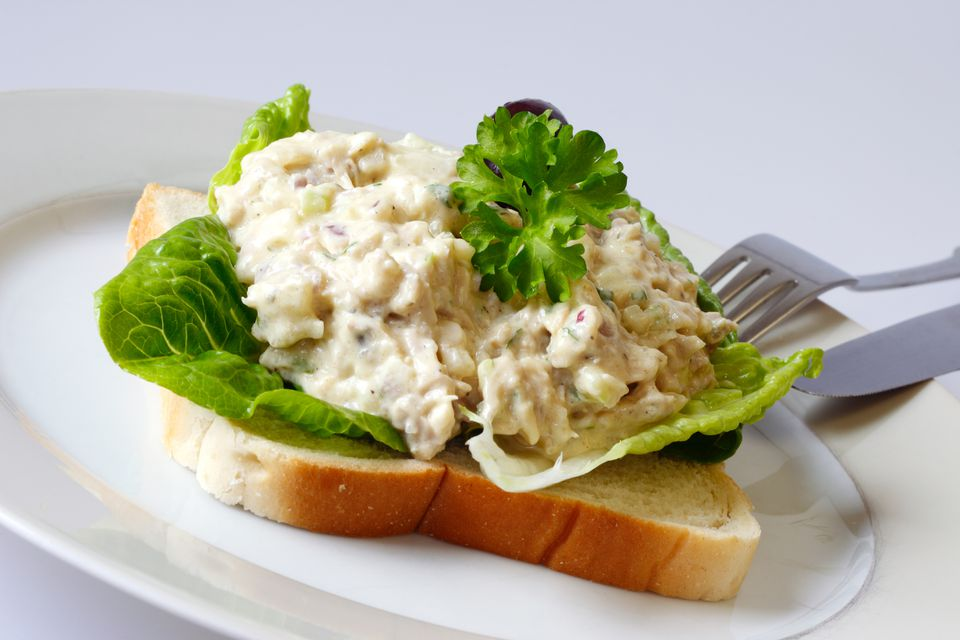 Sandwich de ensalada de pollo con hierbas frescas