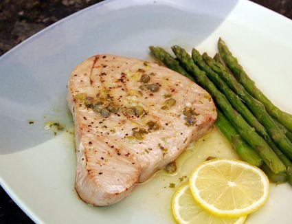 Tuna with caper sauce, lemon and asparagus