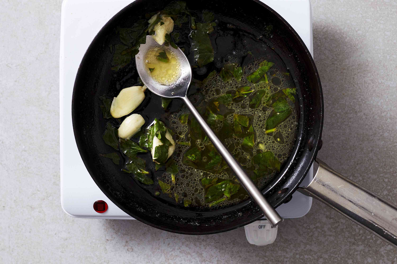 garlic, oil, lemon juice and parsley in a pan