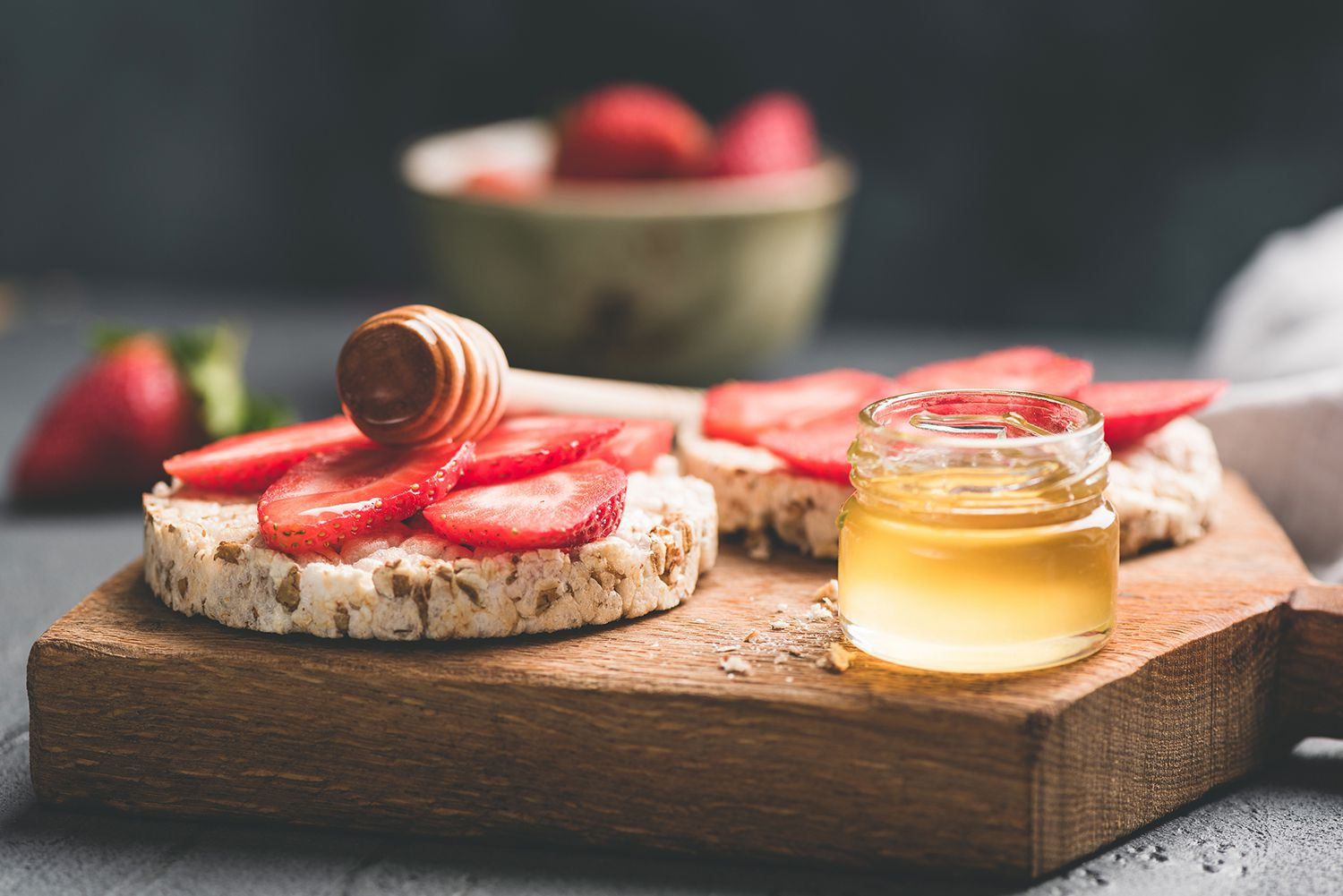 Crispbread with honey and strawberries