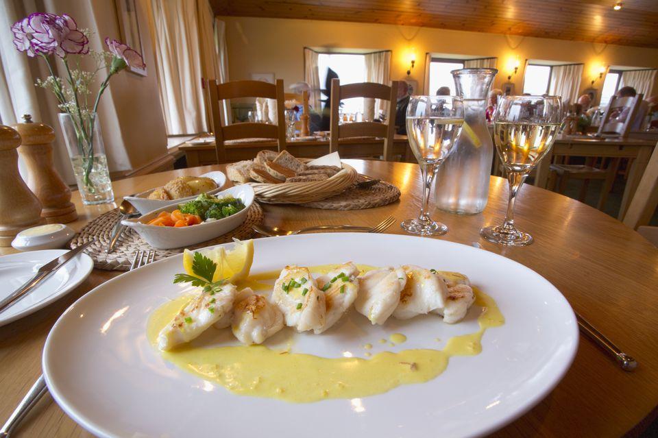 Receta española de pescado al horno con salsa de vino de limón