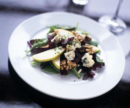 Mixed green salad with pears, walnuts and gorgonzola