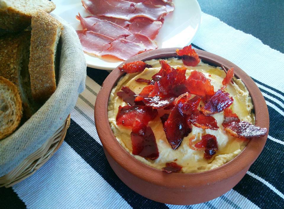 Hummus caliente cubierto con crujiente Pastırma