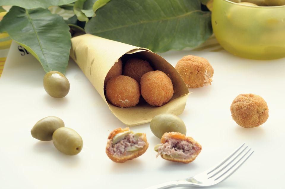 Aceitunas de ascolana rellenas y fritas (aceituna all'ascolana)