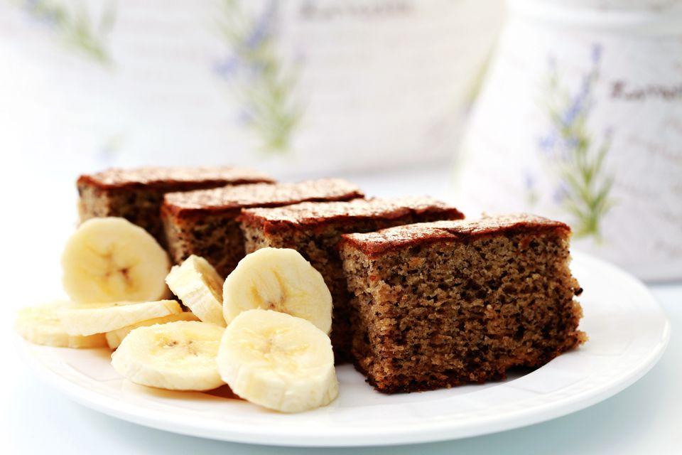 Pastel de plátano y nueces con glaseado de chocolate