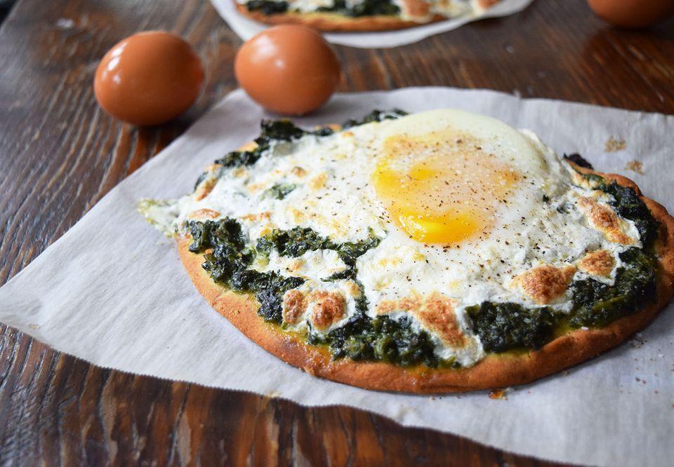 Creamy Spinach Breakfast Pizza