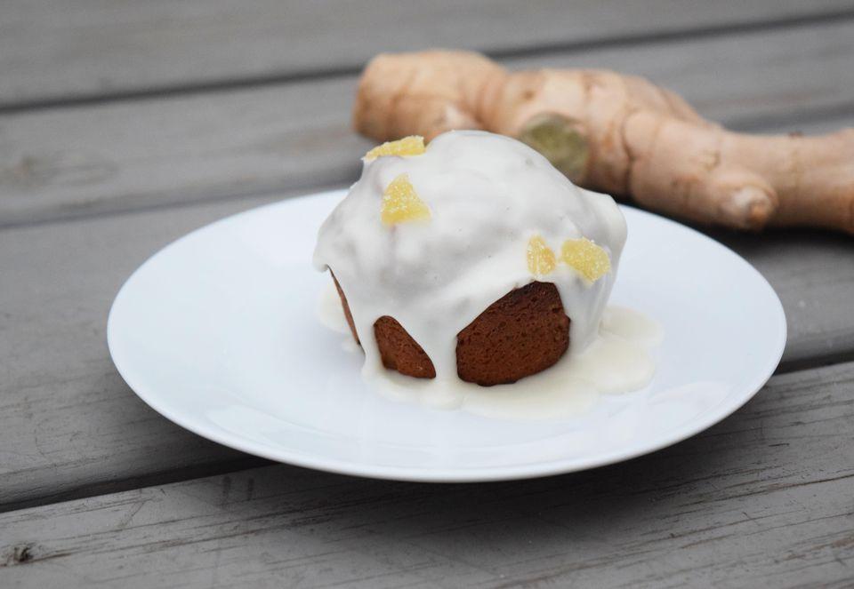 Muffins de pan de jengibre con glaseado de arce