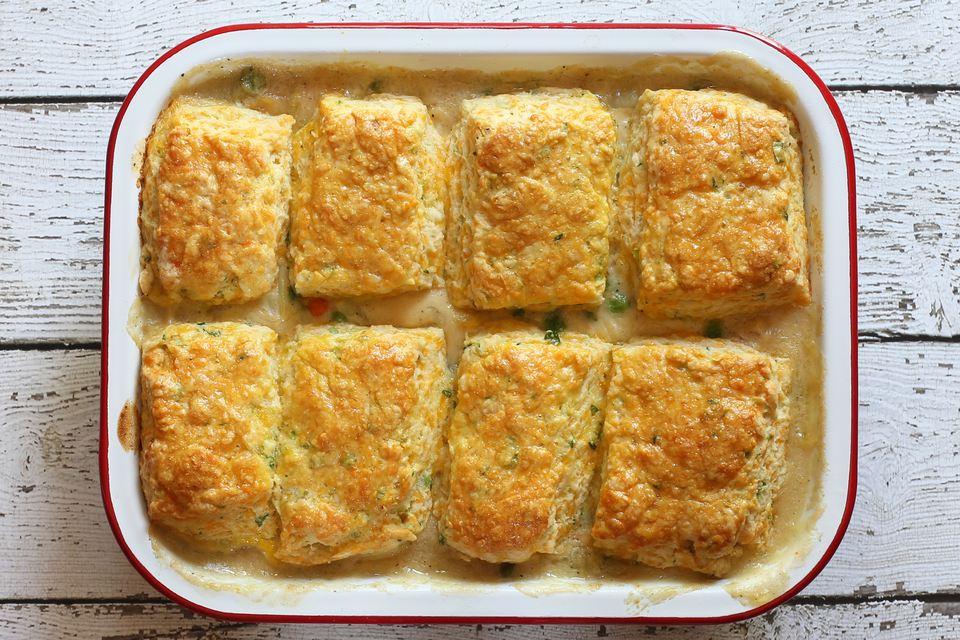 Pastel de pollo con relleno de galletas de queso