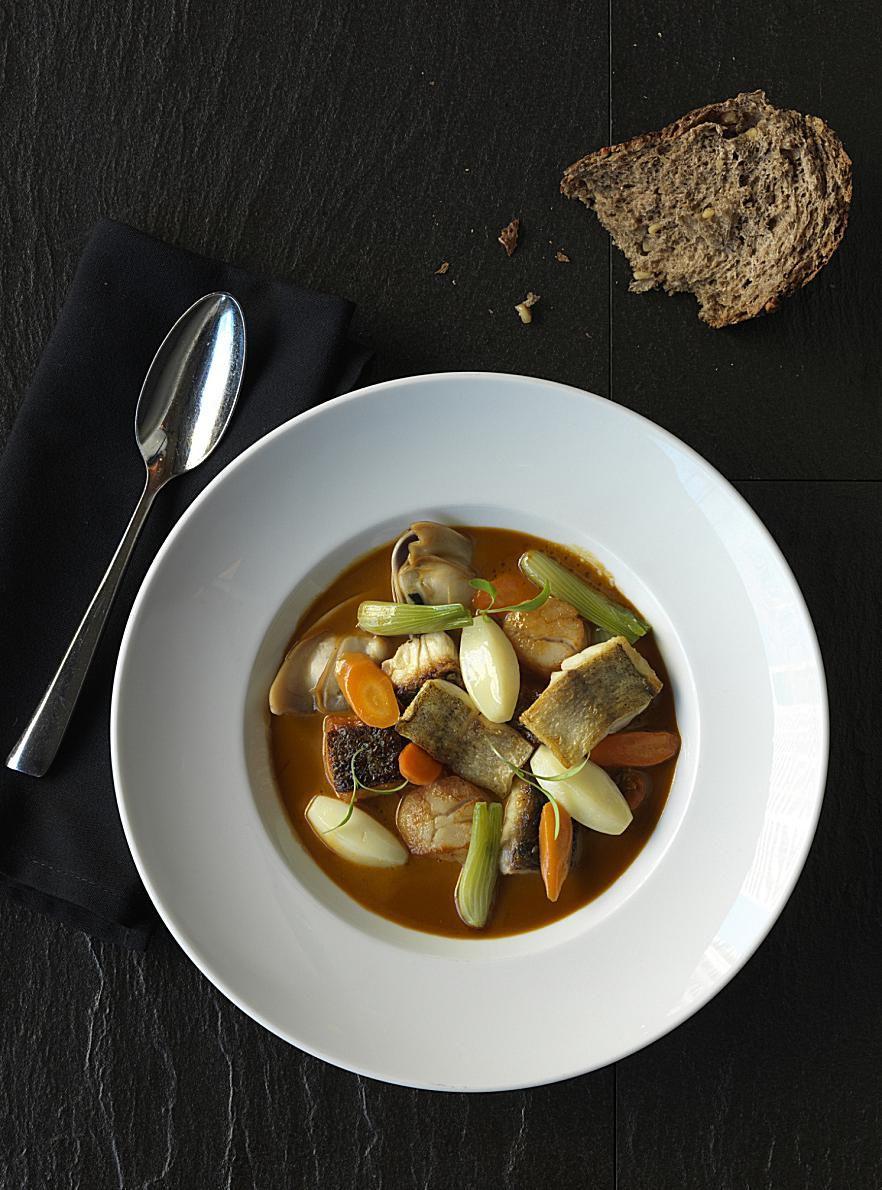 receta griega de sopa de pescador (Kakavia)