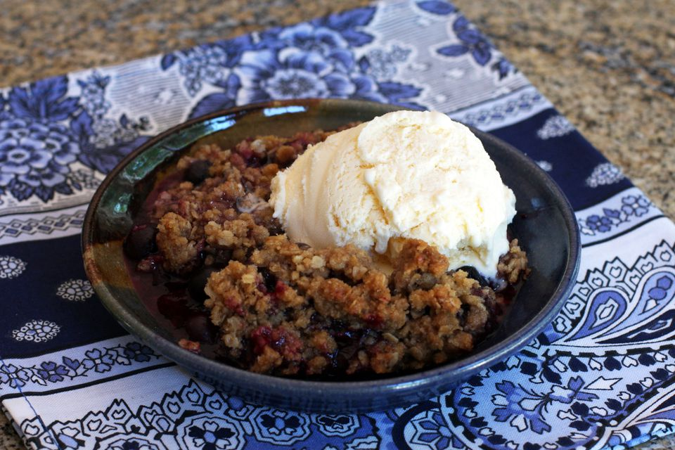 blueberry crisp with ice cream