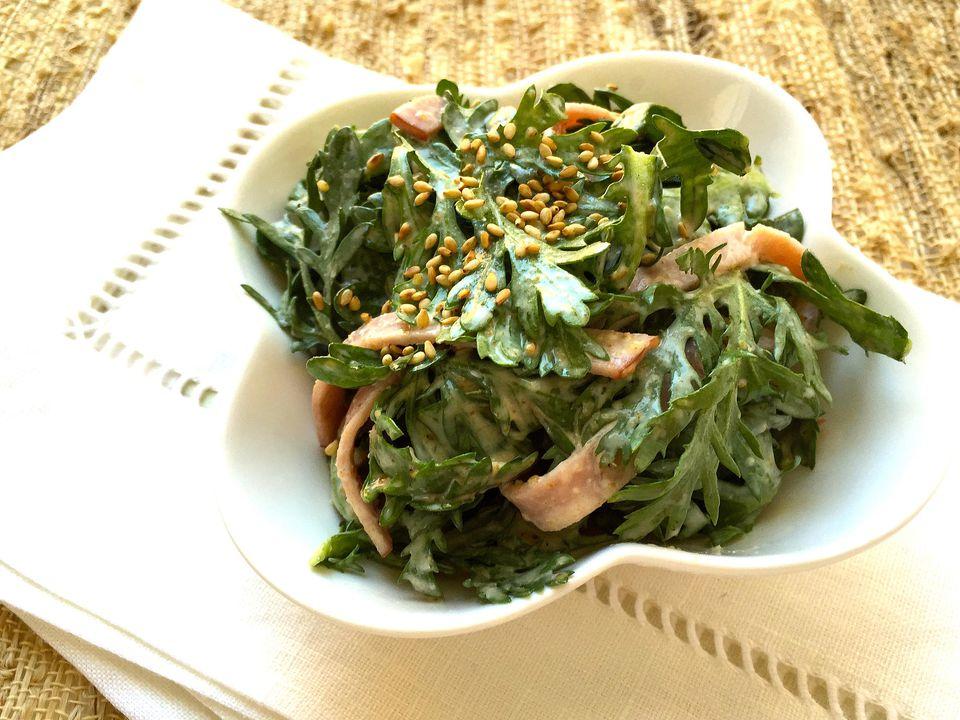 Ensalada de Shungiku (verduras japonesas) y jamón con aderezo de sésamo