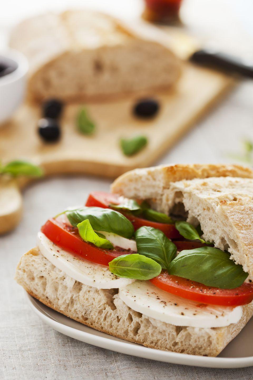 Sandwich de tomate, albahaca y brie