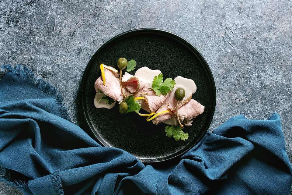 Vitello Tonnato: Ternera refrigerada en salsa de atún y alcaparras