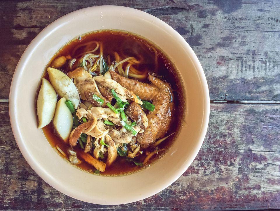 sopa de fideos de pollo tailandés con receta de hierba de limón