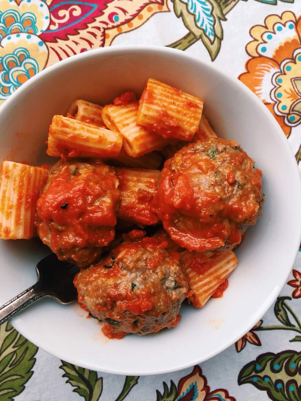 Pasta con albóndigas de ajo y salsa de tomate