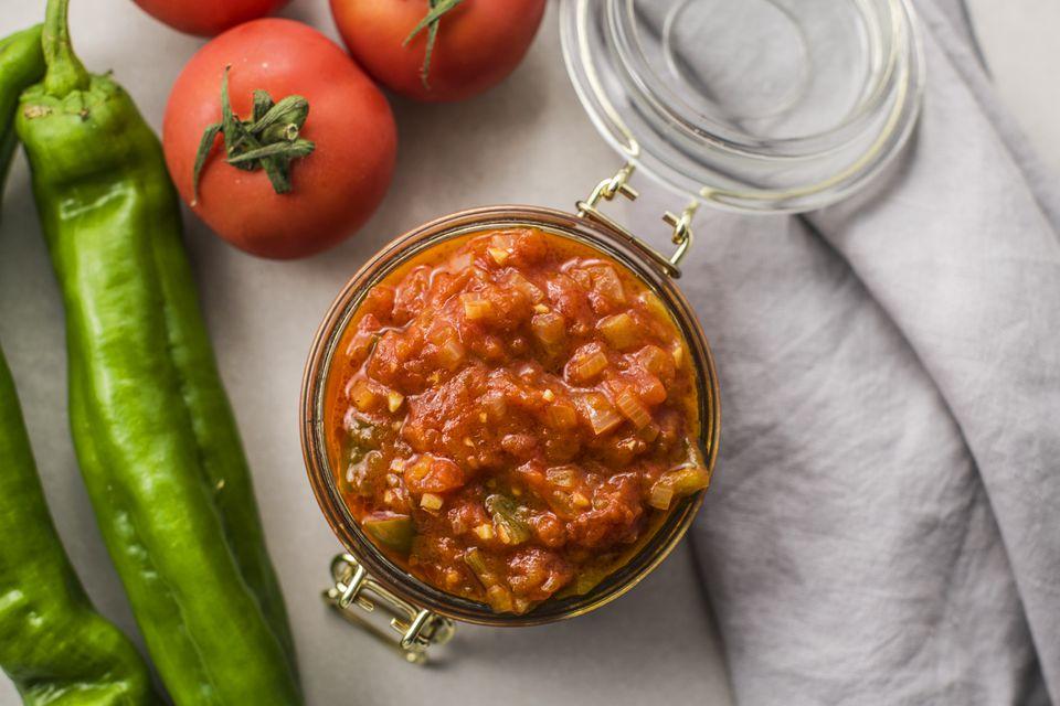 Haga una salsa clásica española de sofrito para usar en una variedad de maneras