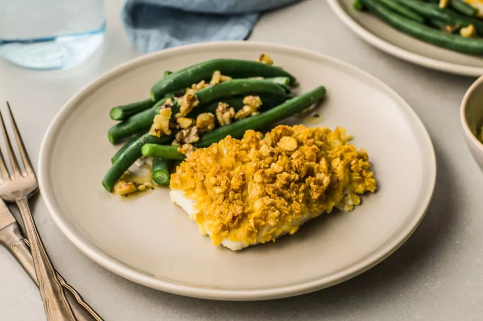 Cornflake-crusted baked cod with a side of green beans