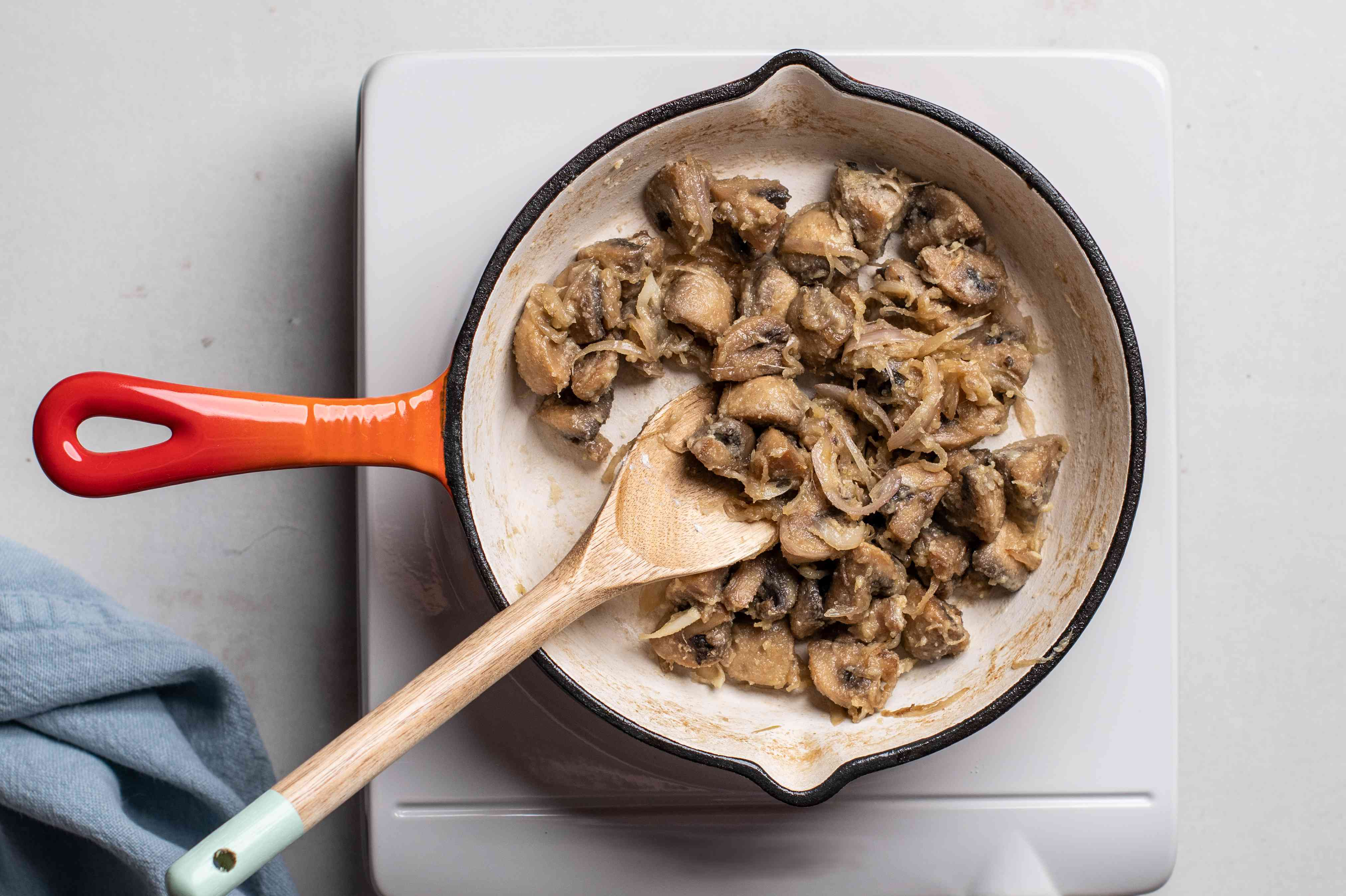 Sprinkle shallot and mushrooms with flour and cook