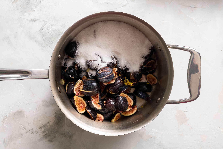 Combine figs, sugar, and lemon in saucepan
