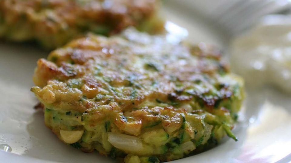 Buñuelos de calabacín griego con queso feta (Kolokithokeftethes me Feta)
