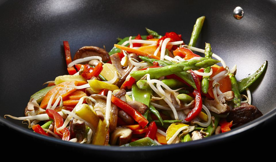Salteado de espárragos con verduras mixtas