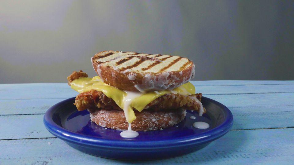 Sandwich de donut de pollo frito