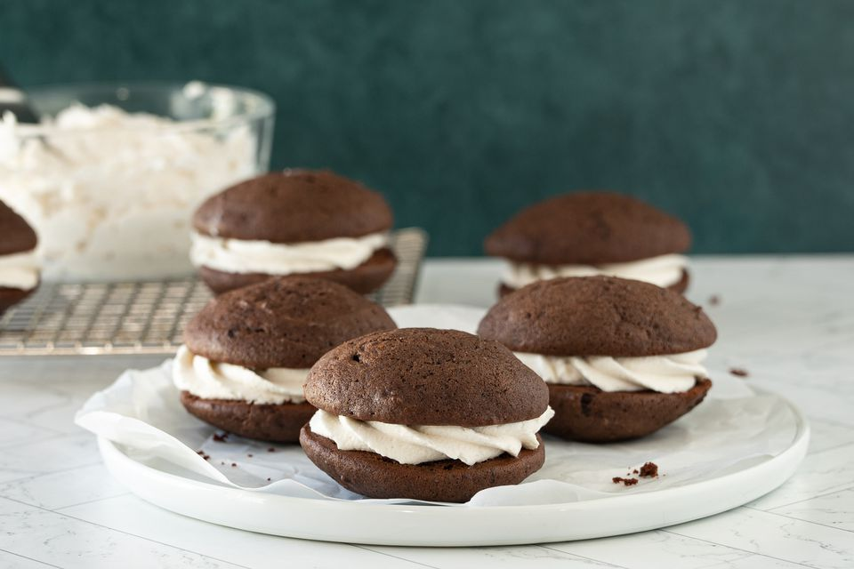 chocolate whoopie pies with creamy marshmallow filling