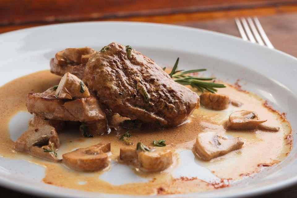 Medallones de lomo de cerdo con salsa de champiñones Dijon