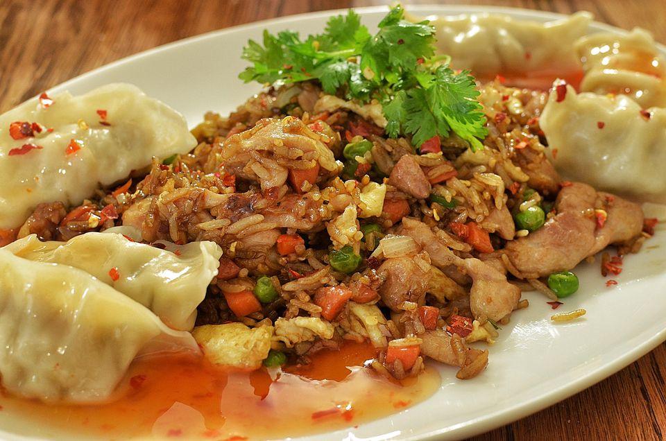 arroz frito de pollo con cebolla y guisantes