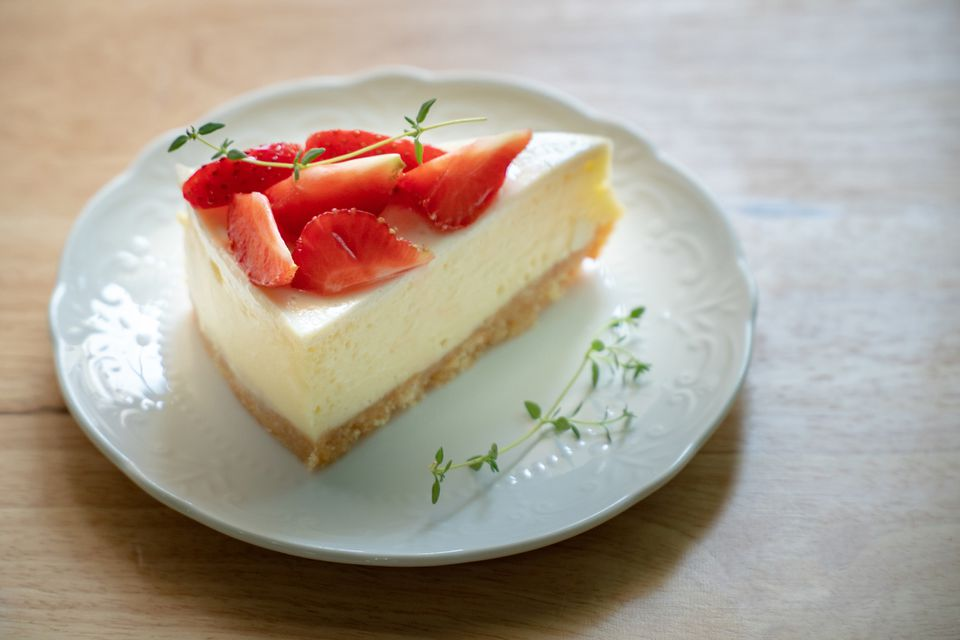 new york style cheesecake with strawberries