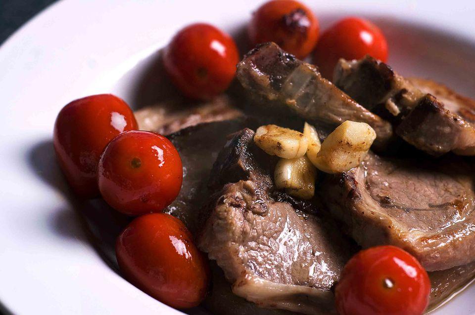 Lamb chops with tomatoes and garlic