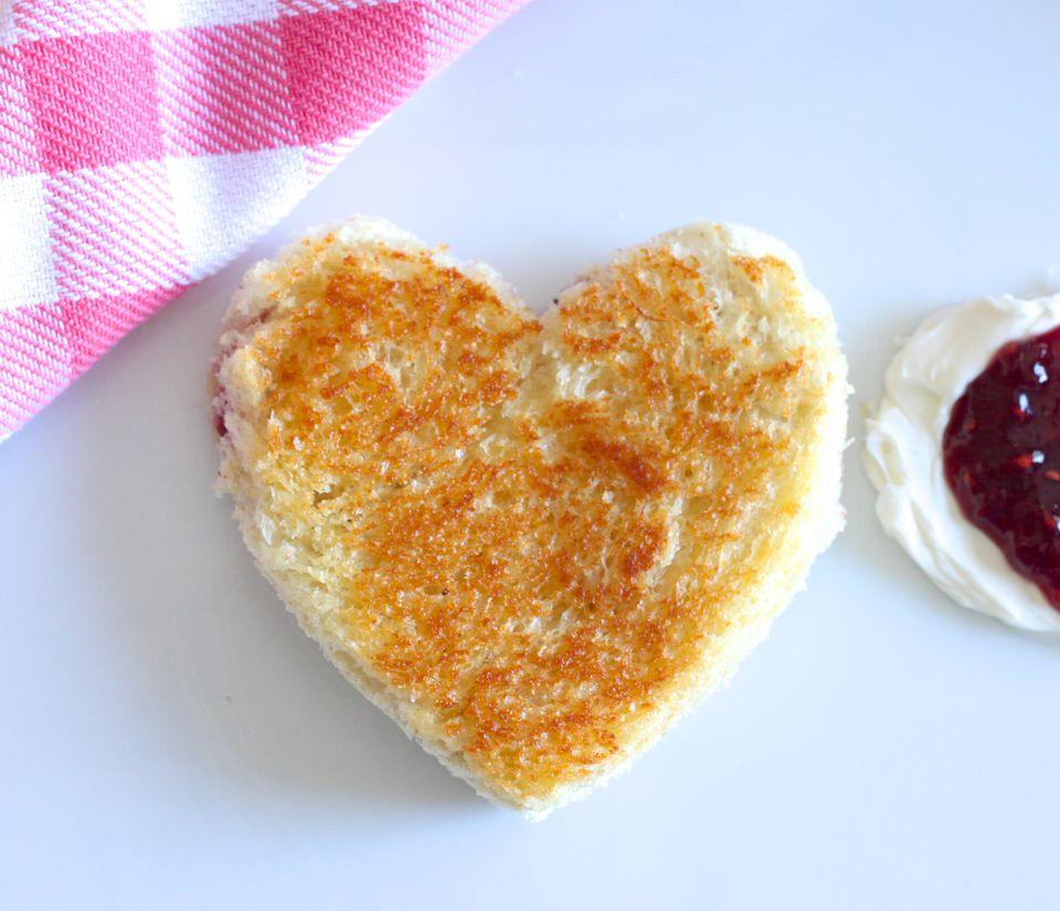 Sándwich de queso crema y mermelada a la parrilla con forma de corazón